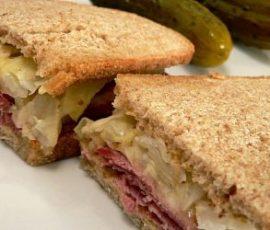 Bánh sandwich kẹp thịt bò bắp cải cho bữa sáng ngon tuyệt
