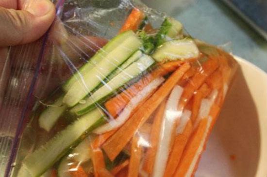 Đổ rau củ quả vào túi nylon sạch