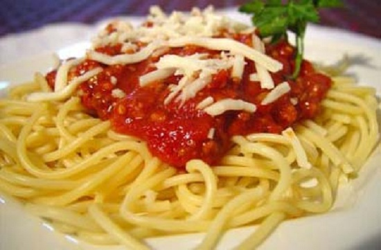 Cho mì ra đĩa cho sốt cà chua lên trên