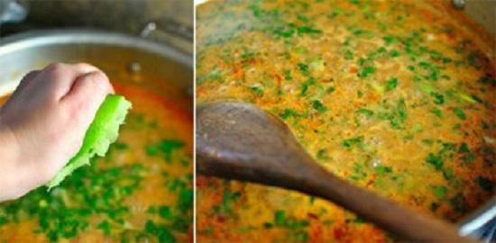 Vắt nước chanh vào nồi cà ri