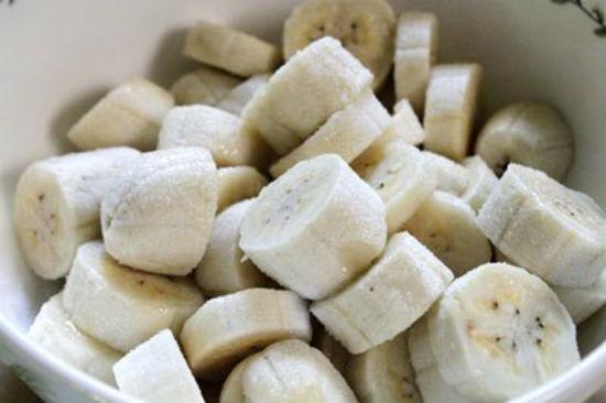 Chuối bóc vỏ cắt thành những khoanh nhỏ