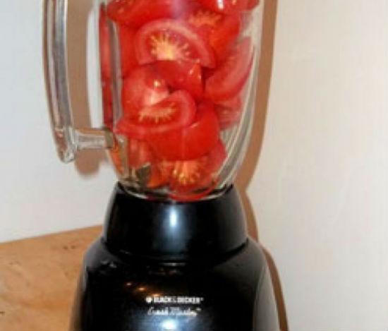 Cho cà chua cùng các nguyên liệu vào ép ấy nước