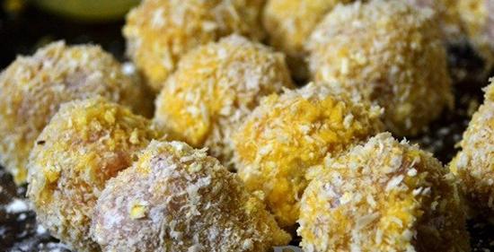 Lăn từng viên trứng bọc thịt qua bột chiên xù