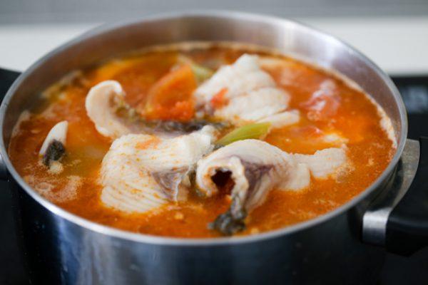 Cho cá vào nấu thêm để cá chín