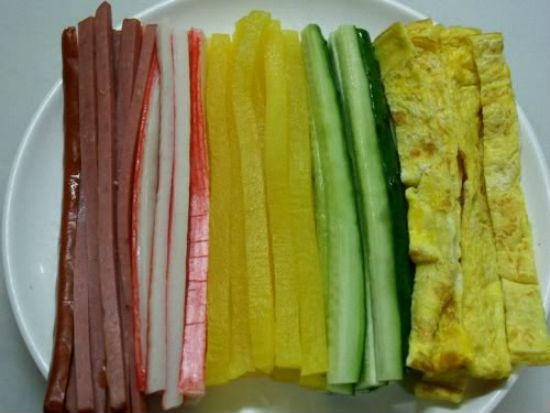 Chuẩn bị các nguyên liệu cuộn kimbap