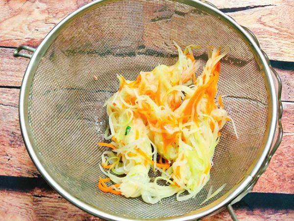 Cho đu đủ và cà rốt vào âu thêm 1 chút muối rồi bóp kỹ