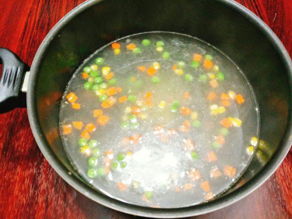 Cho cà rốt, đậu Hà Lan, ngô vào nồi nấu chín